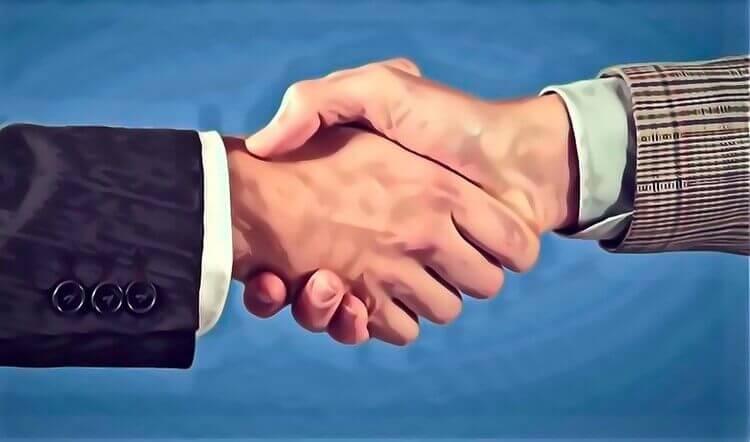 契約の握手を交わす