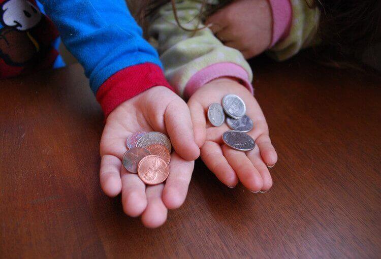 手のひらにコインをもつ子ども