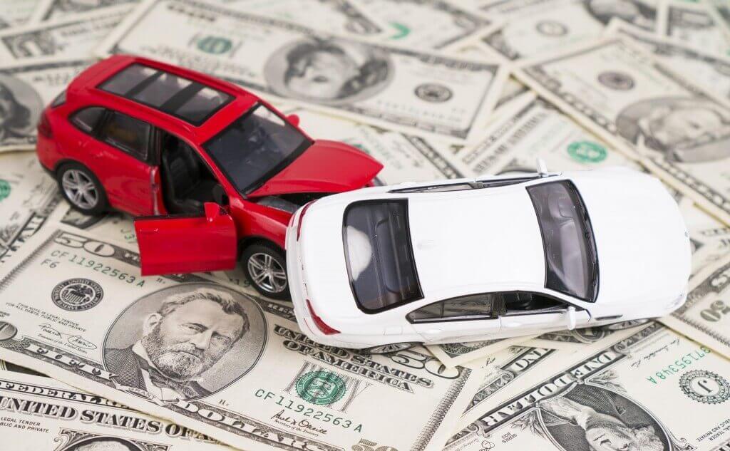 接触する車とお金