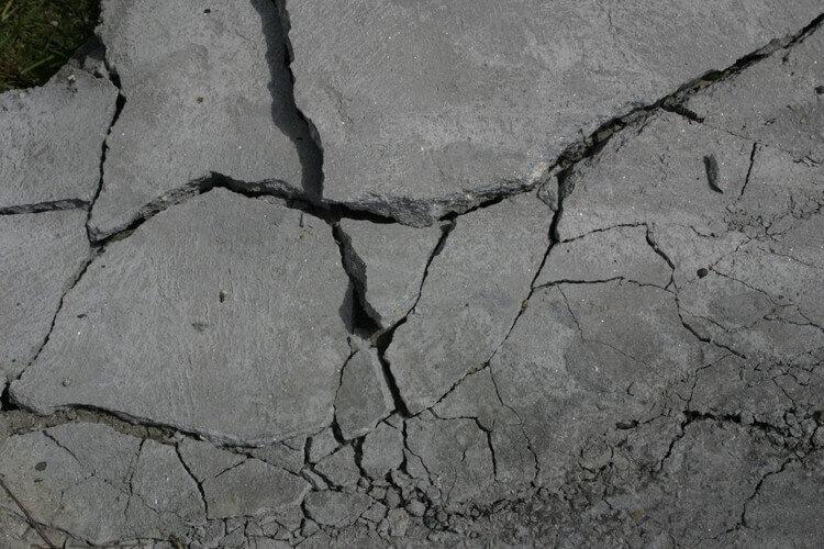 地震で割れた地面