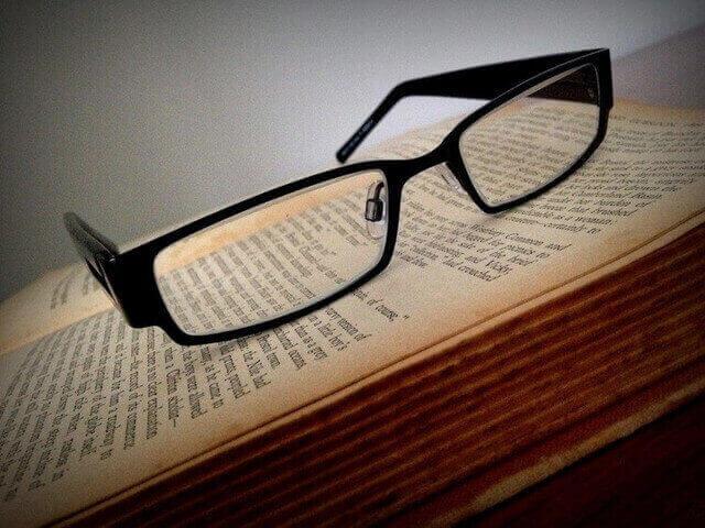 参考書と眼鏡