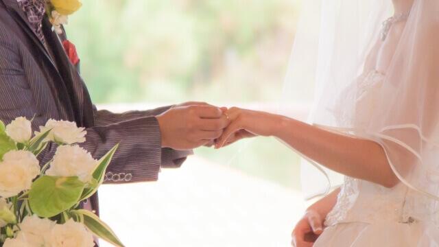 結婚式で愛を誓う夫婦