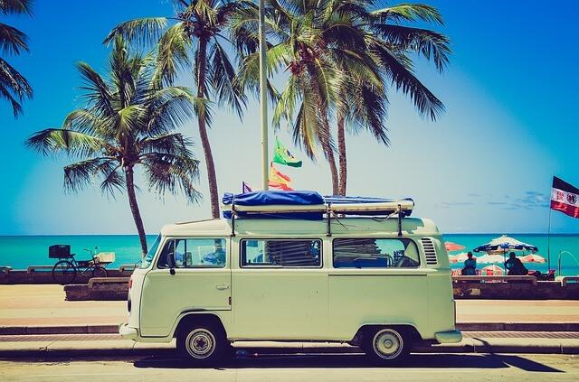 ワーゲンのキャンピングカーとビーチ