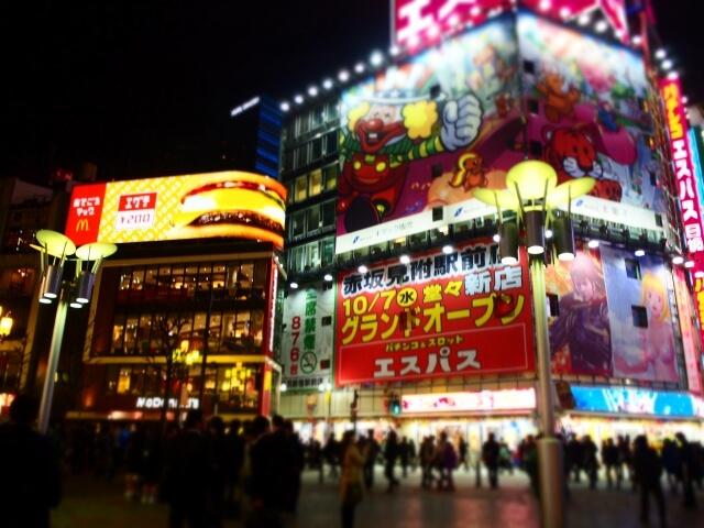 東京のパチンコ屋のライトアップ