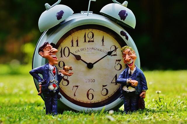 ビジネスマンと時計。時は金なり