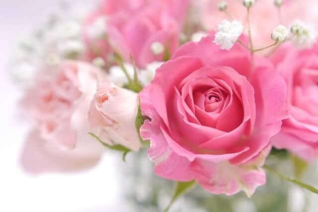 ピンクと白の薔薇の花束