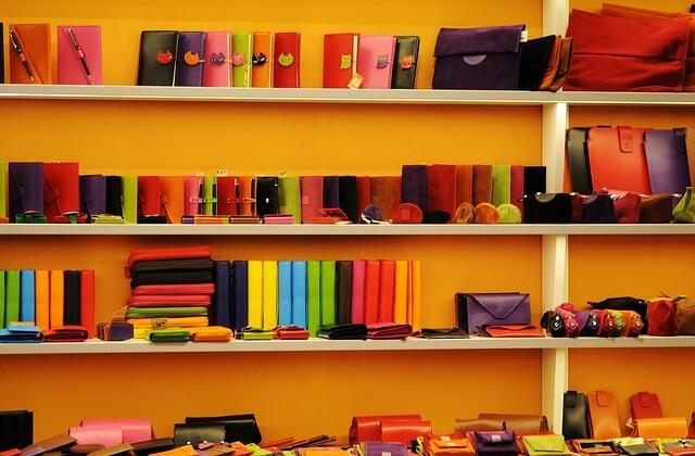 棚に飾られた財布の数々