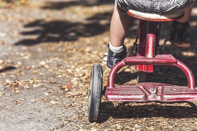 三輪車に乗る小さな子供