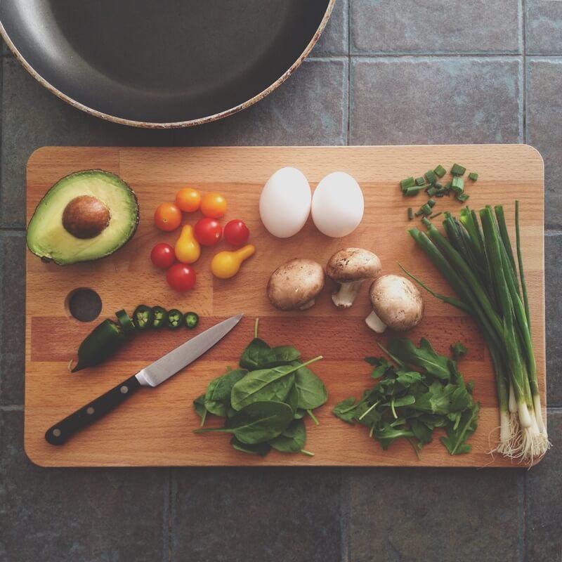 まな板の上の食材と料理