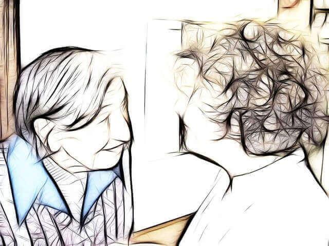 介護士と話す老人