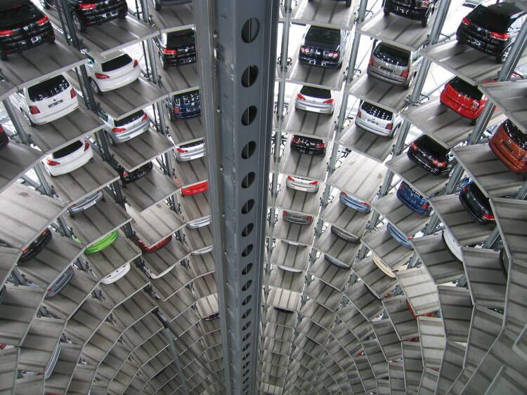 未来的な立体駐車場