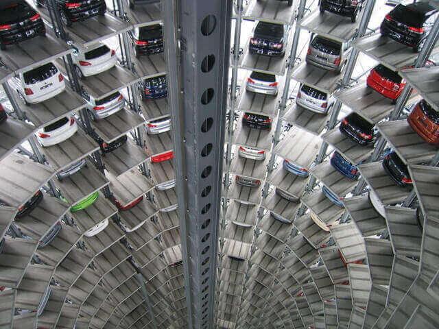 様々な車が止まる立体駐車場
