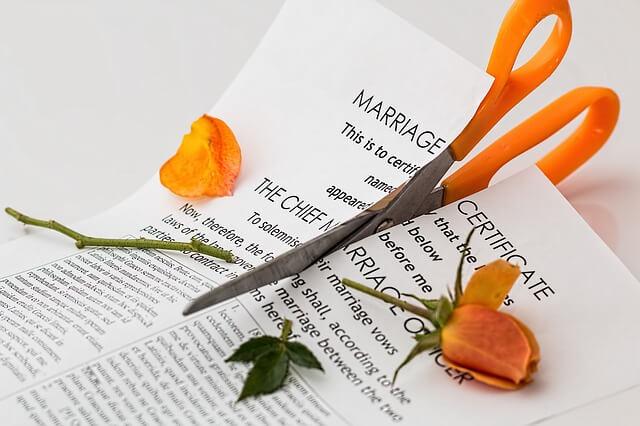はさみで切られた結婚誓約書とバラ
