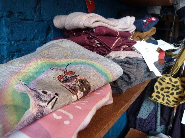 棚に並んだ子供服