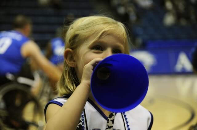 ミニバスケットの応援をする少女