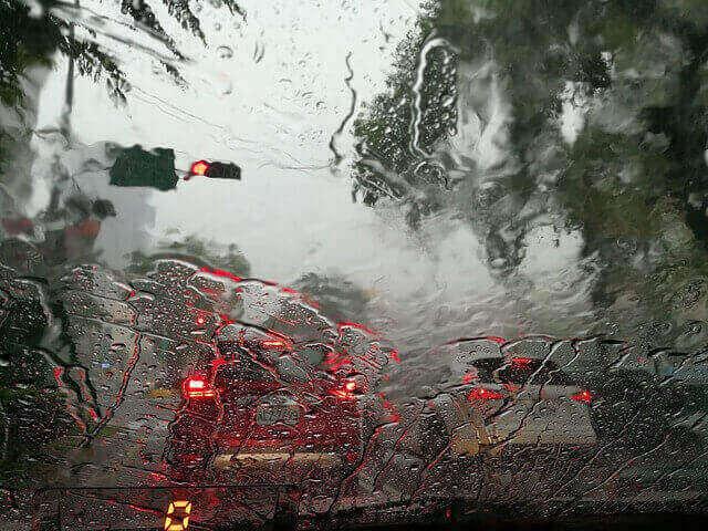 激しく雨の降る車のフロントガラス