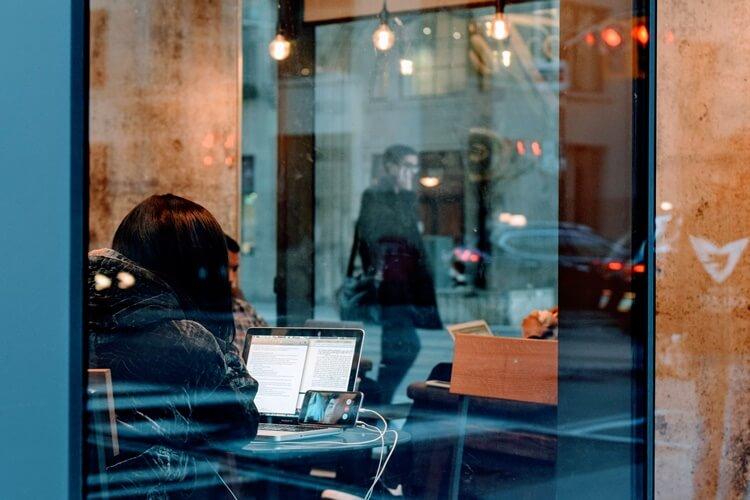 カフェでスカイプをする女性