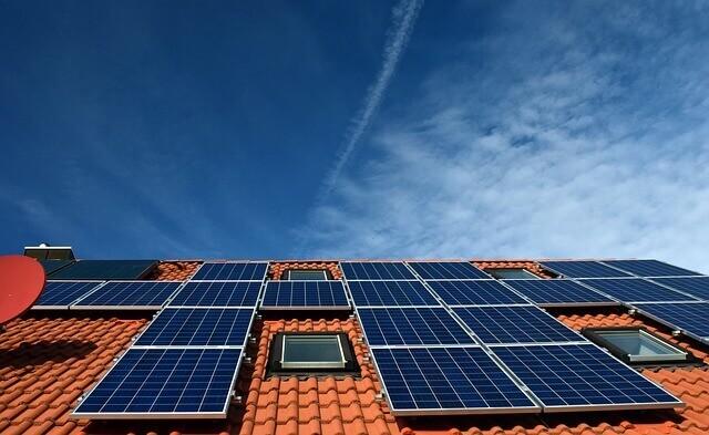 家の屋根に置かれたソーラーパネル
