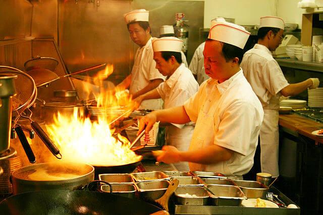 プロパンガスの高火力で料理する